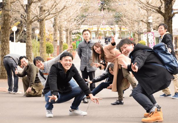 道端で楽しそうにポーズをとる株式会社jioworksの社員達